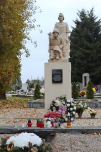 Dňa 11. 11. 2020 o 11. hod. a 11. minúte sa uskutočnilo pálenie sviečok u Pamätníka zmierenia na cintoríne sv. Jozefa v Nových Zámkoch.